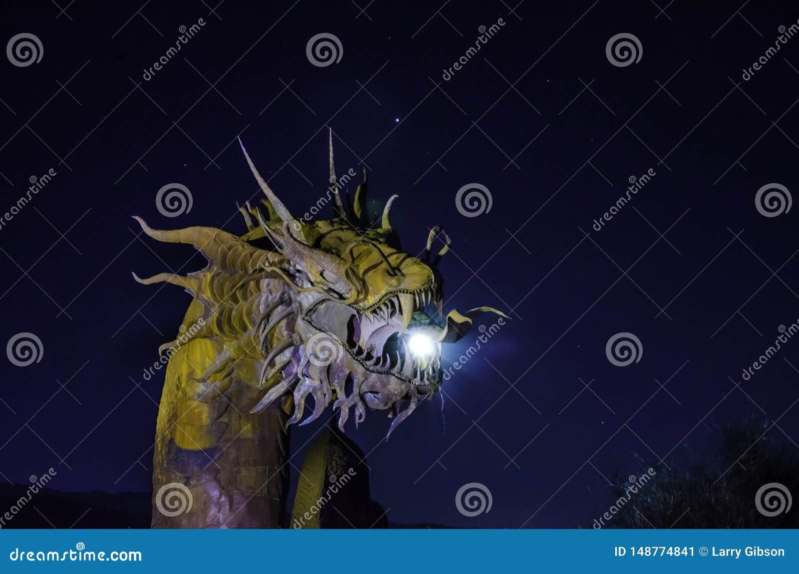 Escultura grande del metal de un dragón en Anza Borrego