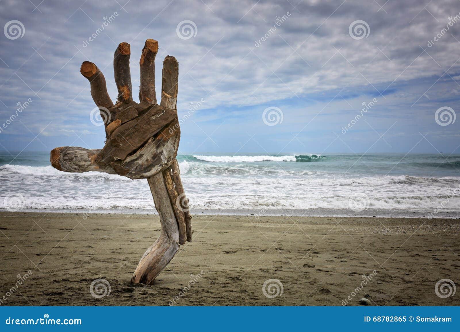 Escultura Hokitika da mão da madeira lançada à costa