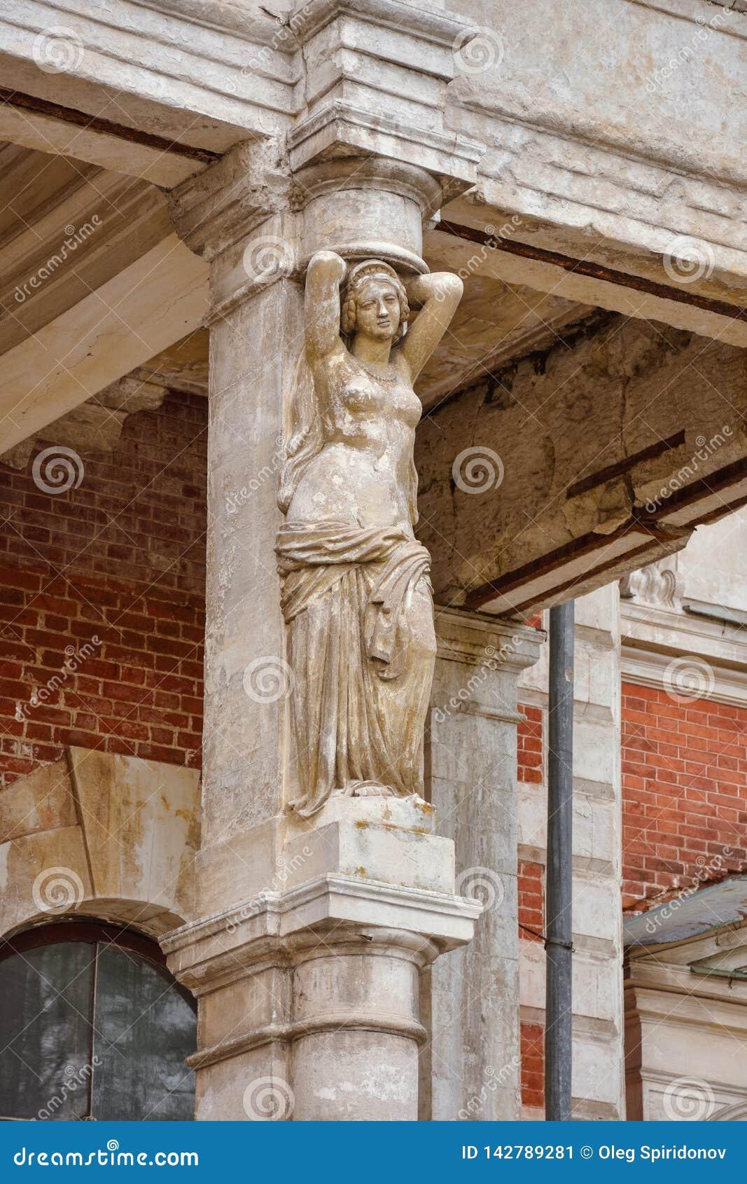 Escultura no solar abandonado de Bykovo