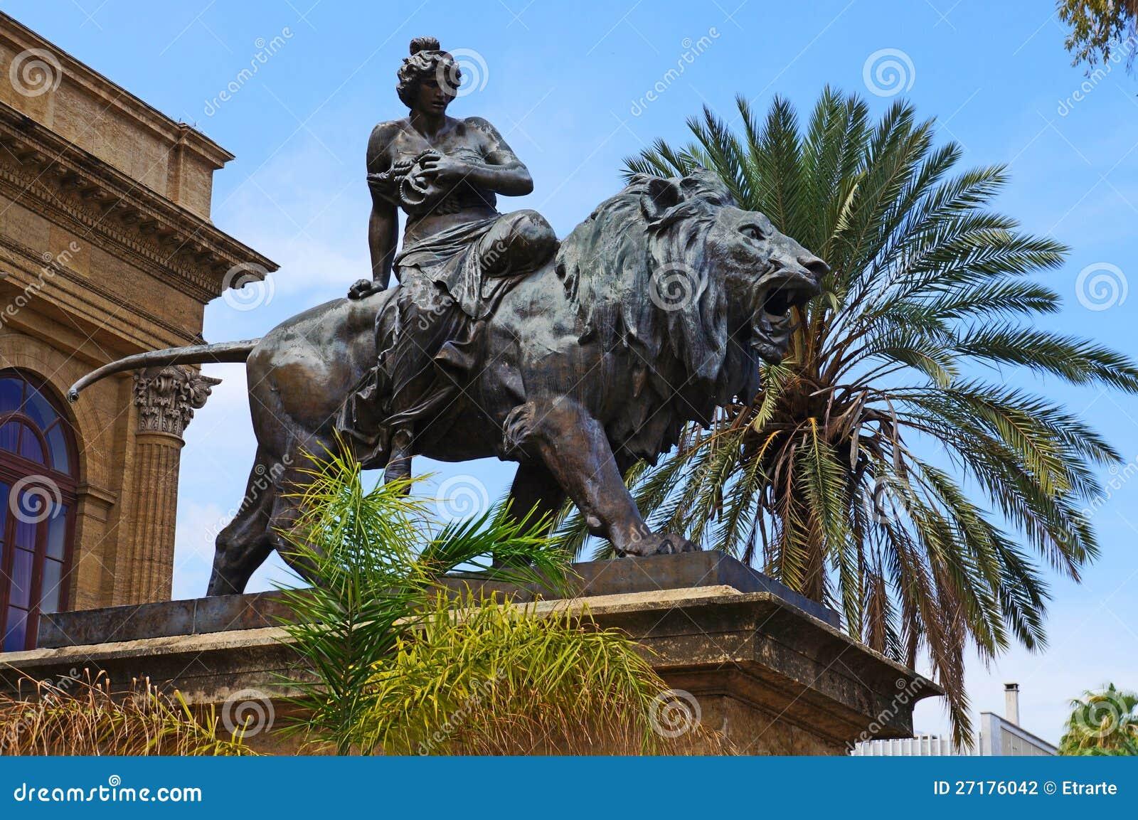 Escultura no Teatro Massimo em Sicília