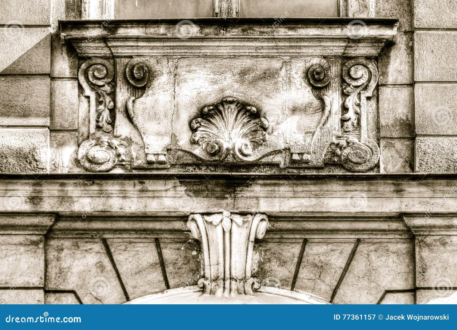esculturas decorativas abaixo do quadro de janela com hdr trapezoide foto de stock