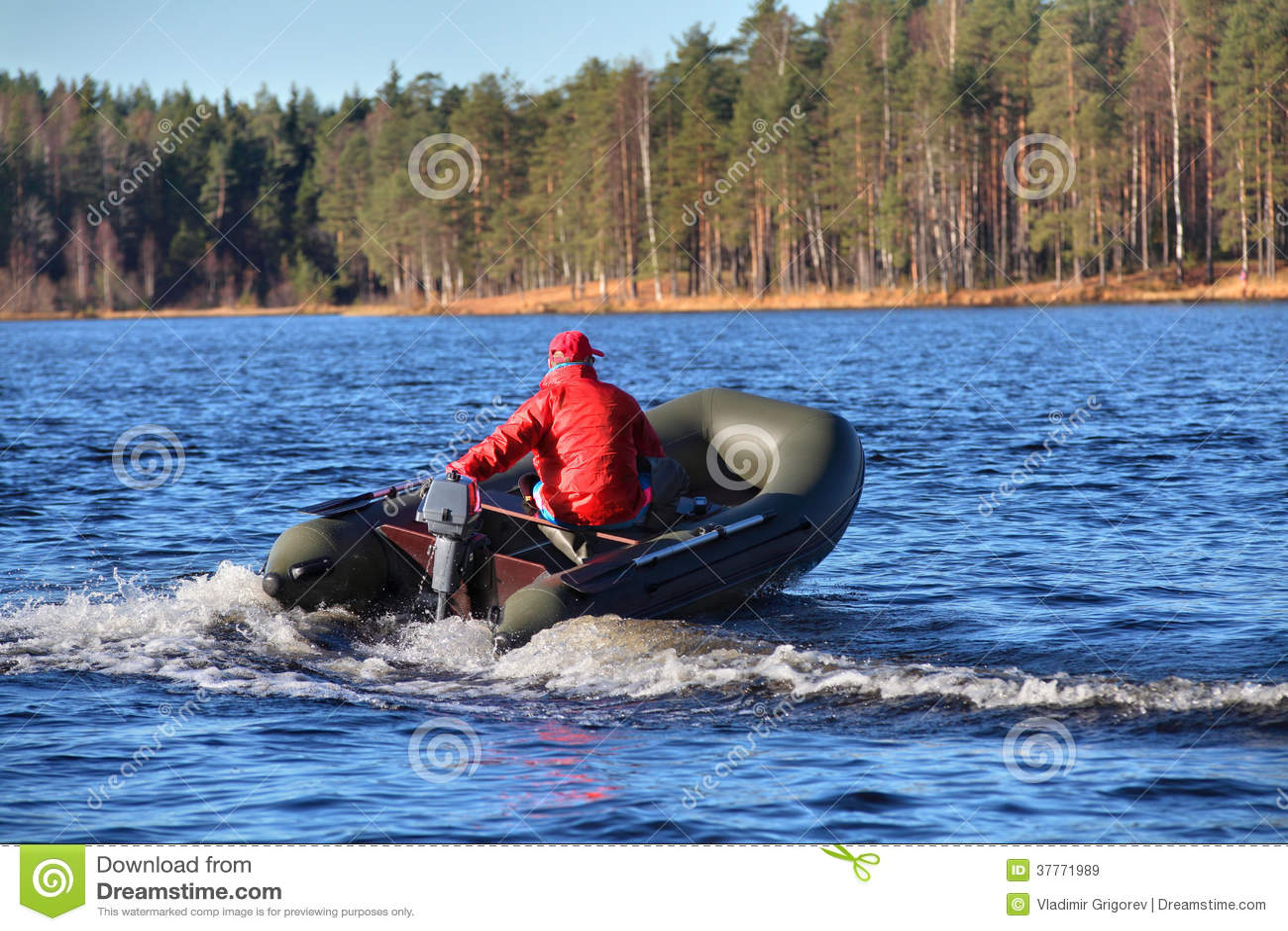 Escuro - barco de borracha verde, inflável do bote com motor, LAK da floresta