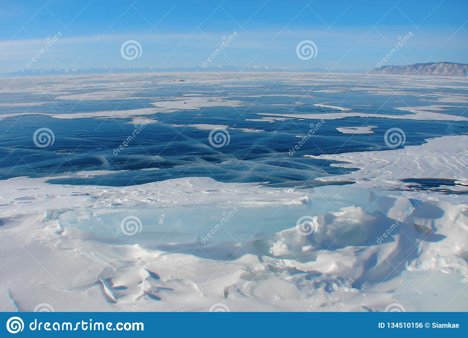 Escuro - gelo azul no lago do inverno, paisagem ártica