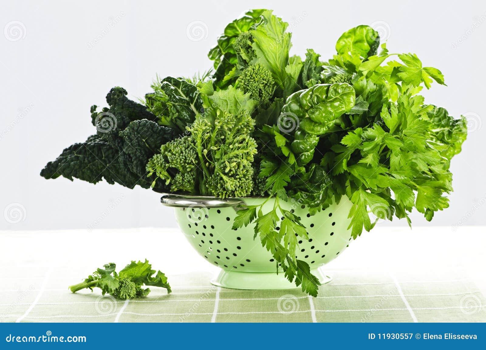 Escuro - legumes verdes no colander