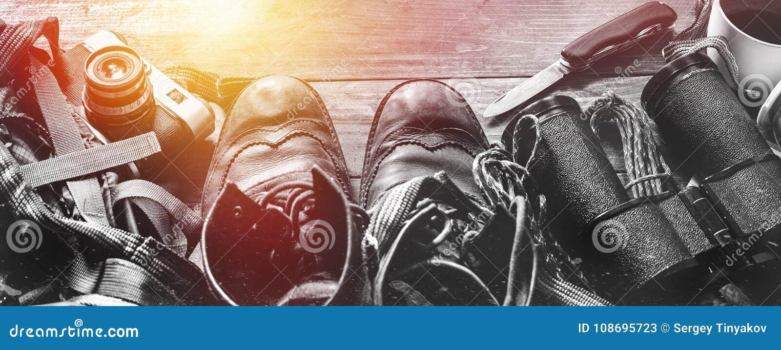 Escursione degli accessori di viaggio su superficie di legno, vista superiore Concetto di attività di festa di stile di vita di s