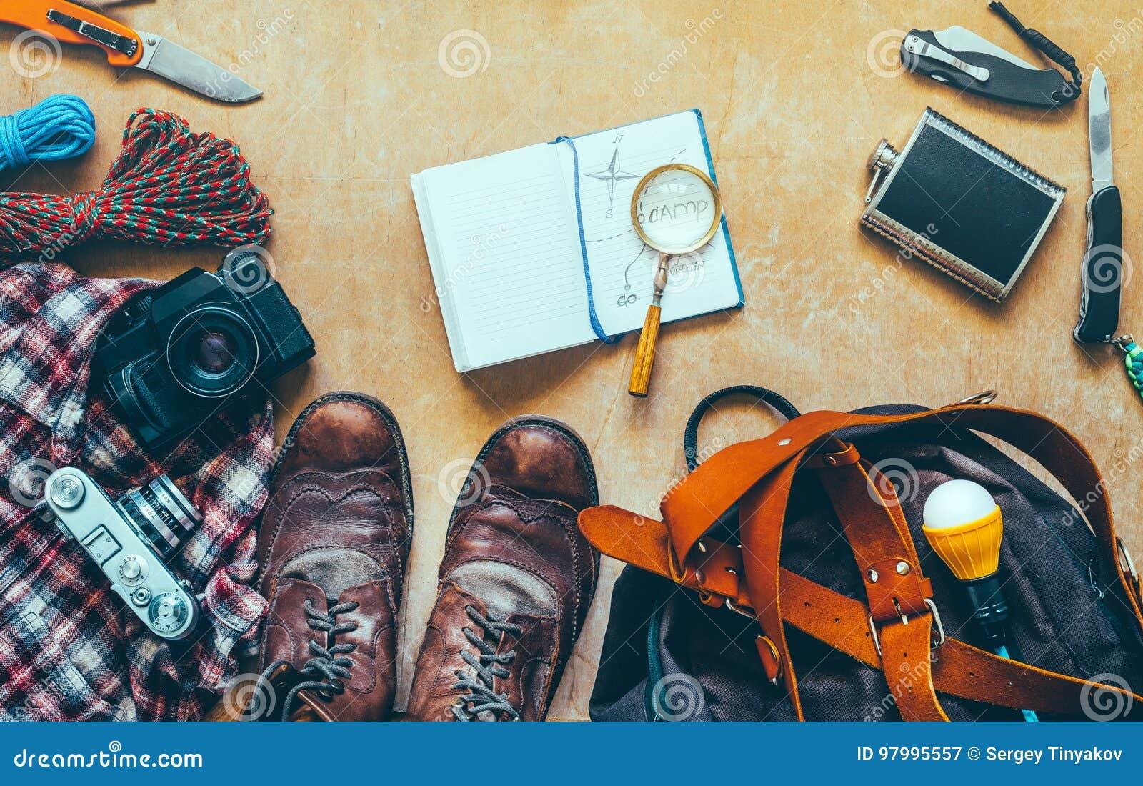 Escursione degli accessori di viaggio sulla Tabella di legno, vista superiore Concetto di vacanza di scoperta di avventura di via
