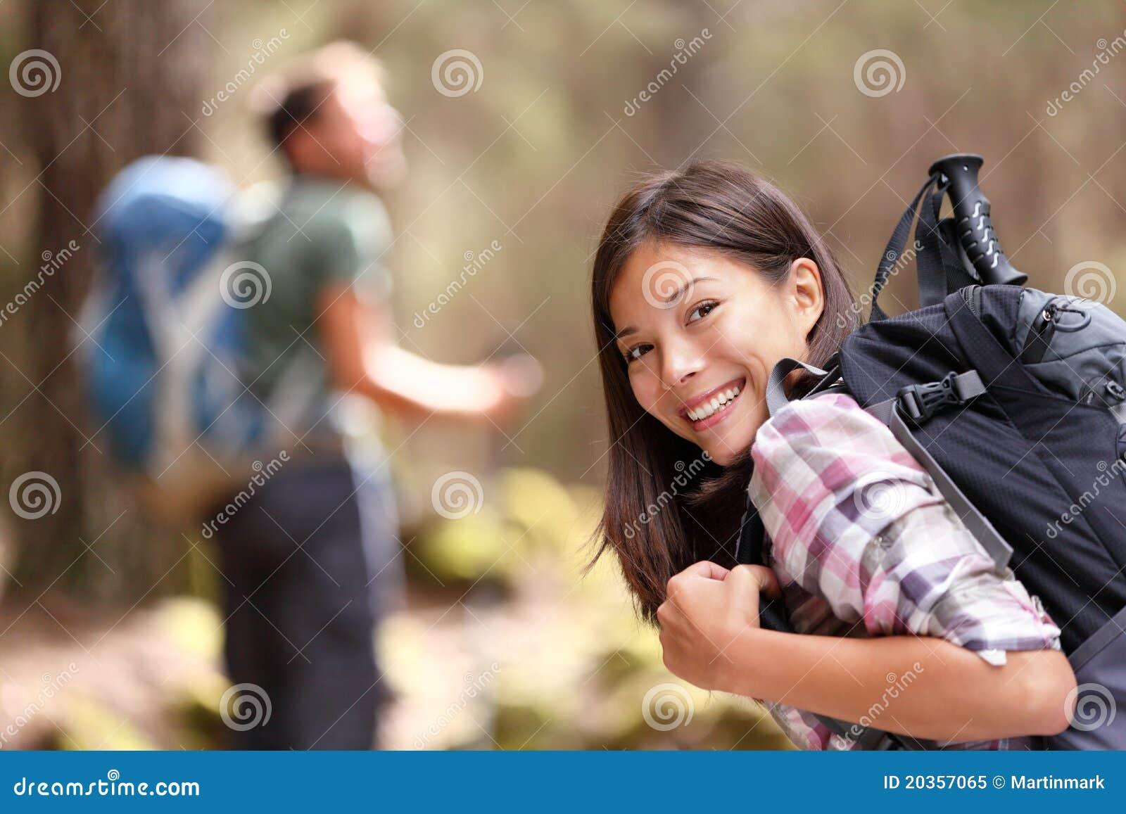 Escursione della viandante della ragazza che trekking nella foresta