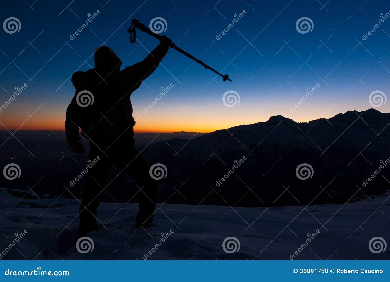 Download Escursione Di Inverno: L'uomo Sta Su Una Cresta Nevosa Che Esamina Il Tramonto Fotografia Stock - Immagine di mountaineer, spedizione: 36891750