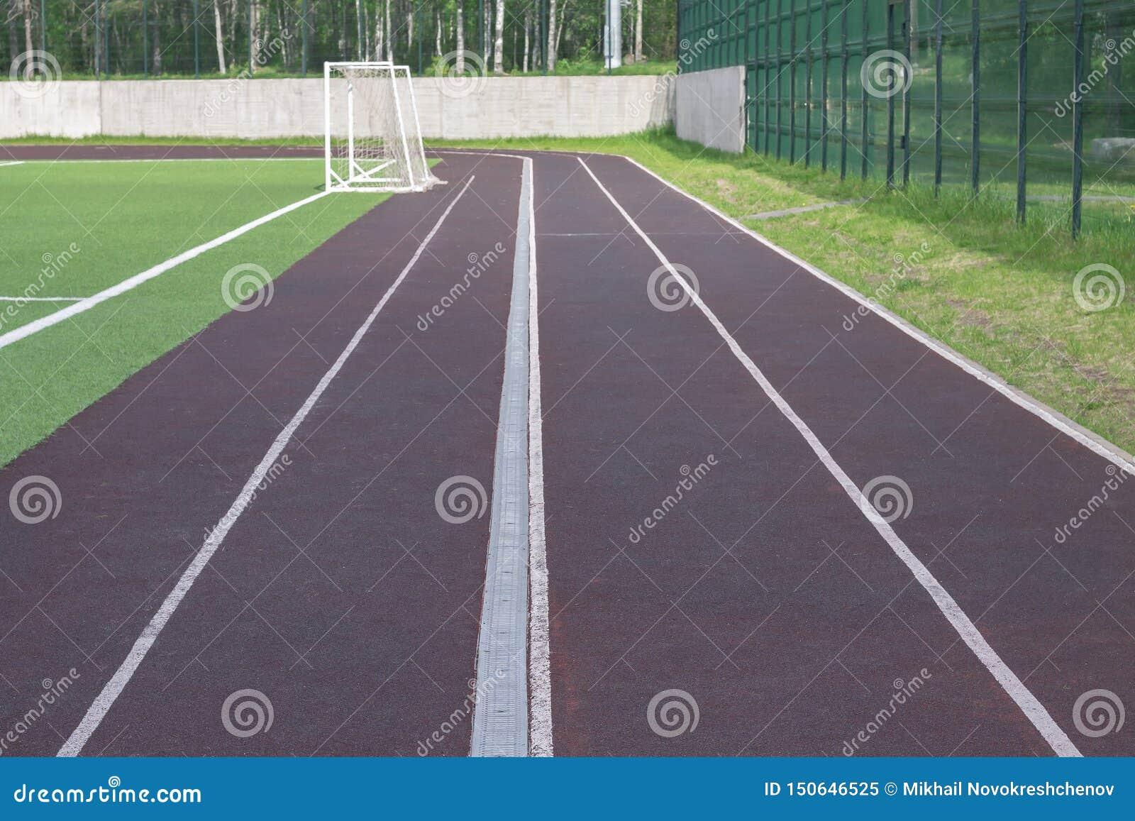 Eseguendo pista per atletica intorno allo stadio