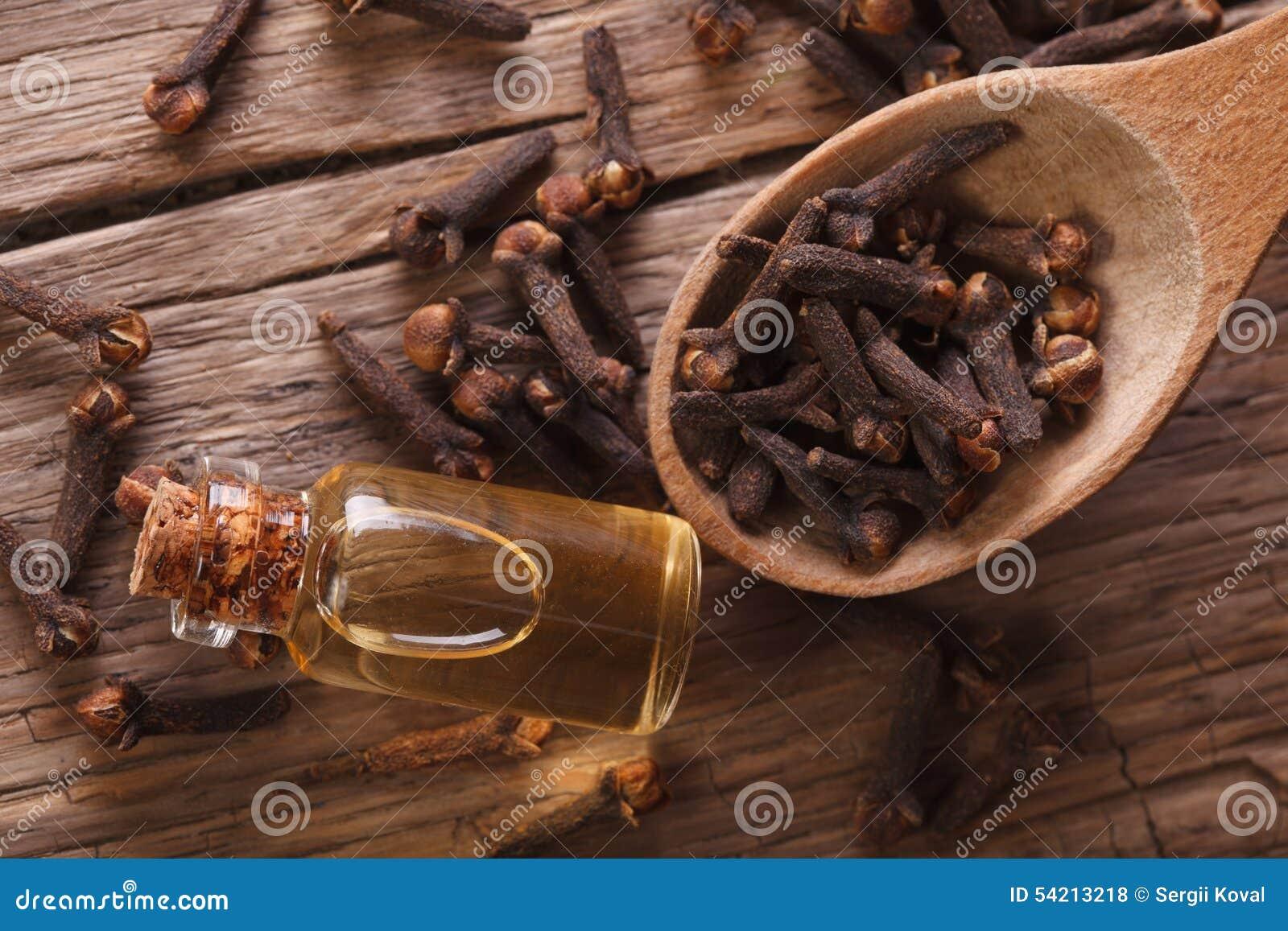 Esencia de clavos en la opinión superior horizontal de la botella