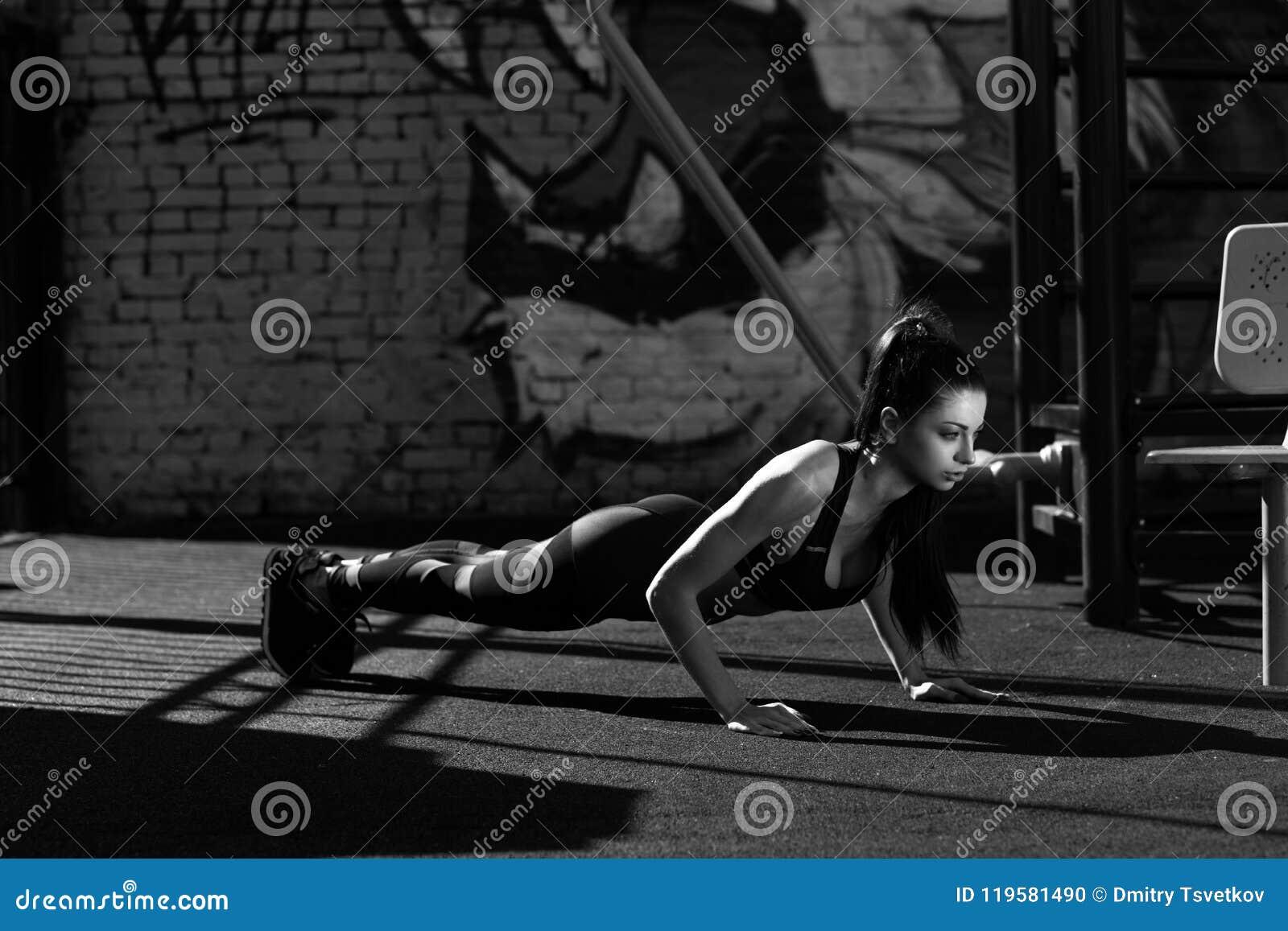 Esercitazione di modello femminile di forma fisica