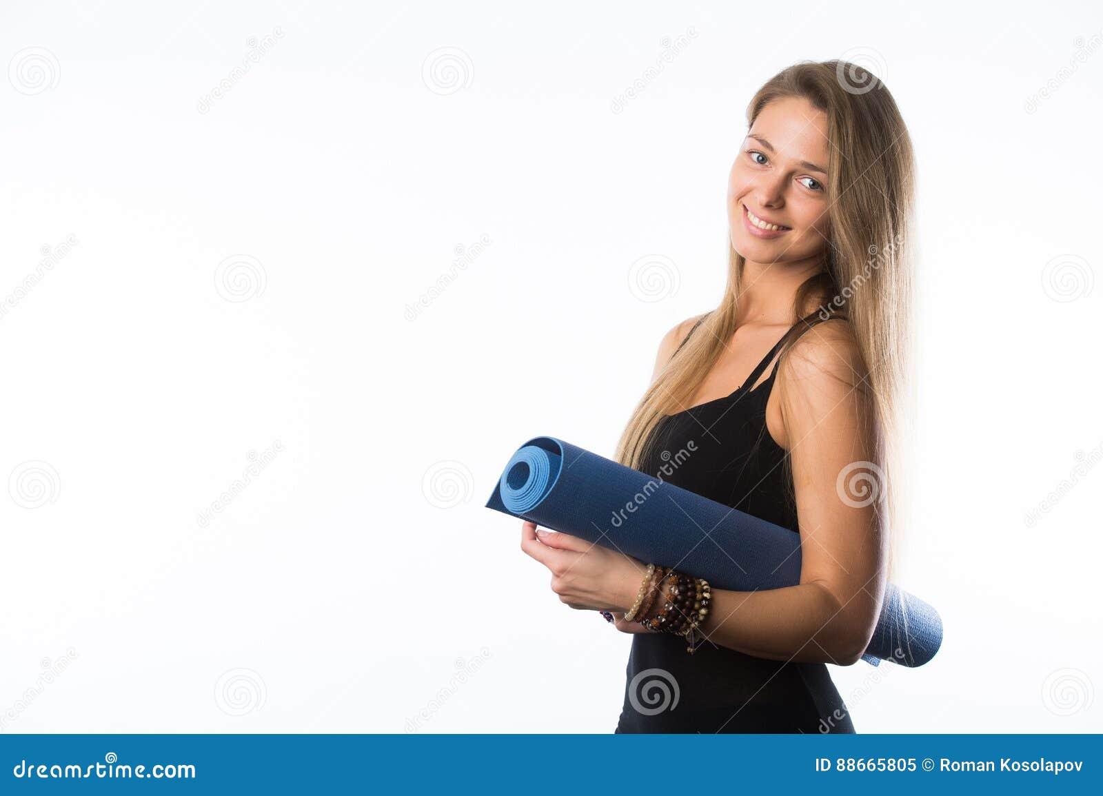Eserciti la donna di forma fisica pronta per la stuoia diritta di yoga della holding di allenamento isolata su priorità bassa bia