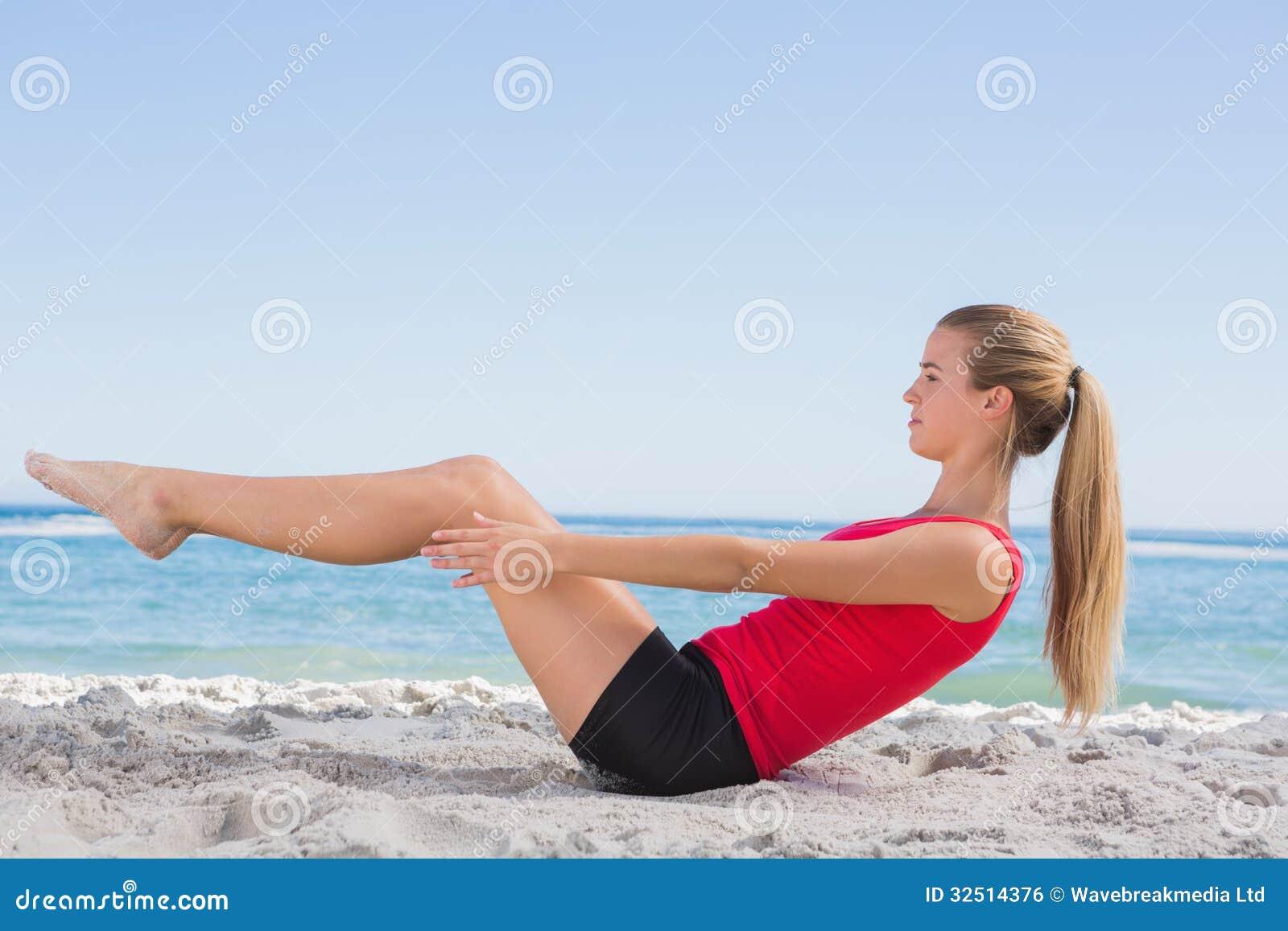 Esercizio facente biondo adatto del centro dei pilates
