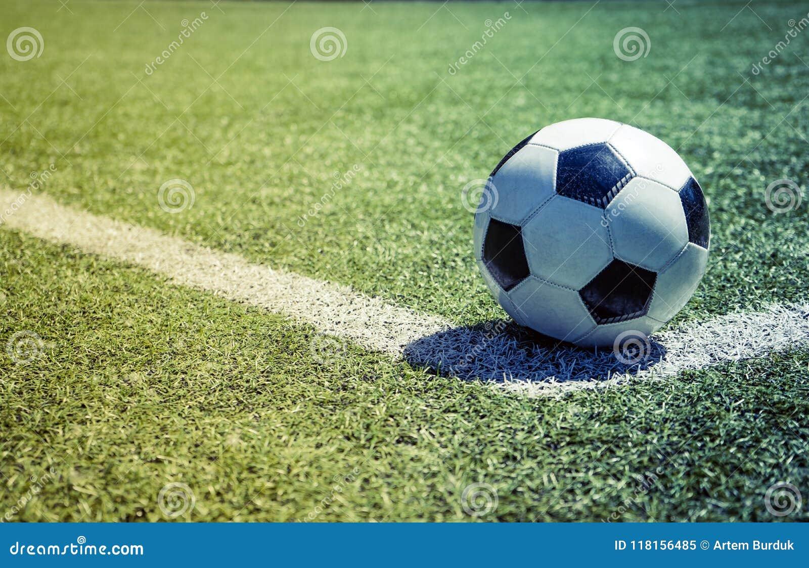 Esfera de futebol velha na grama