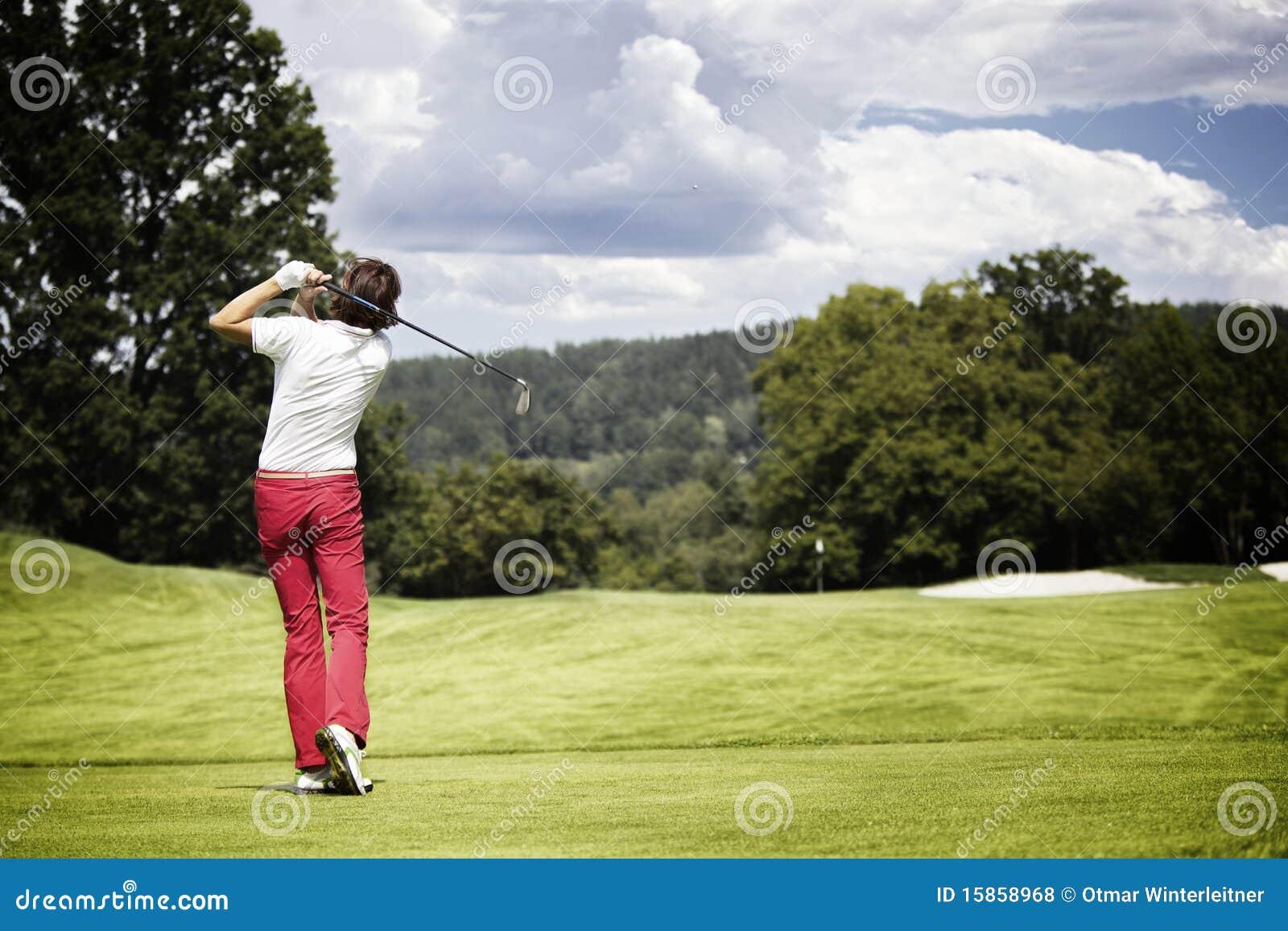 Esfera de golfe teeing-fora da mulher.