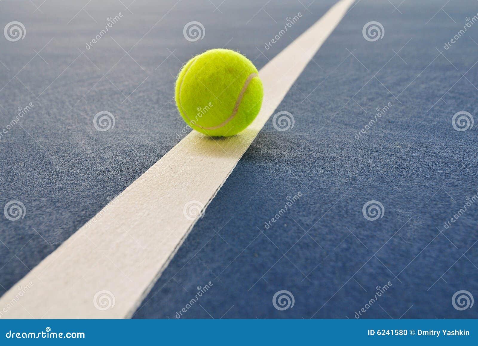 Esfera de tênis apenas na linha