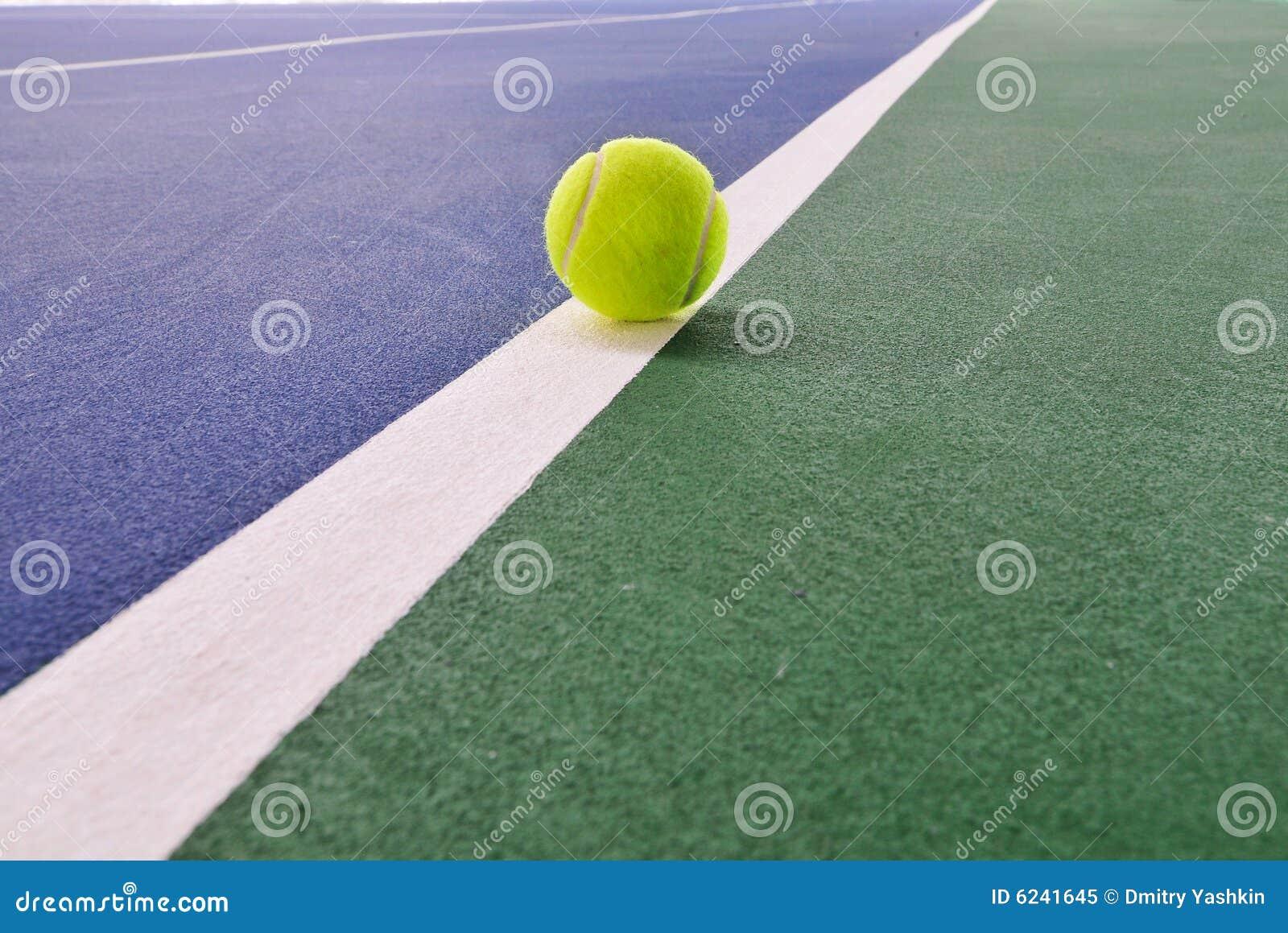 Esfera de tênis na corte de tênis