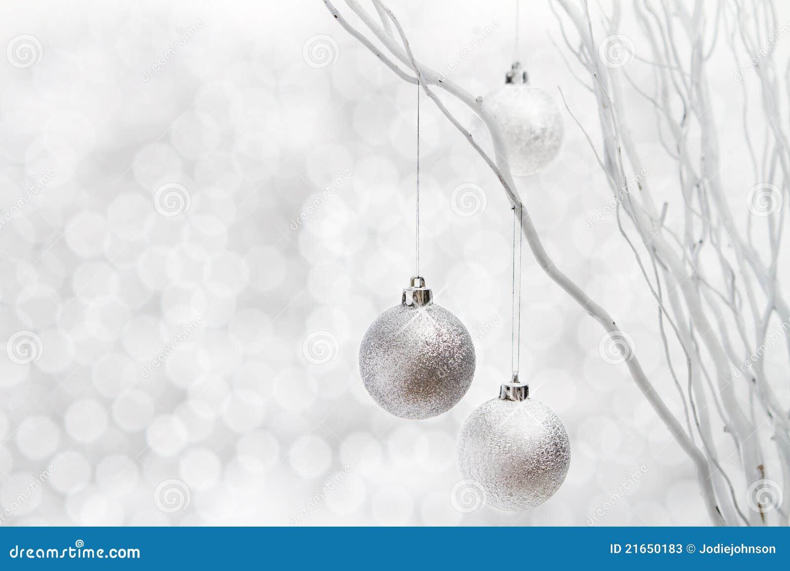 Esferas da prata do fundo do Natal branco