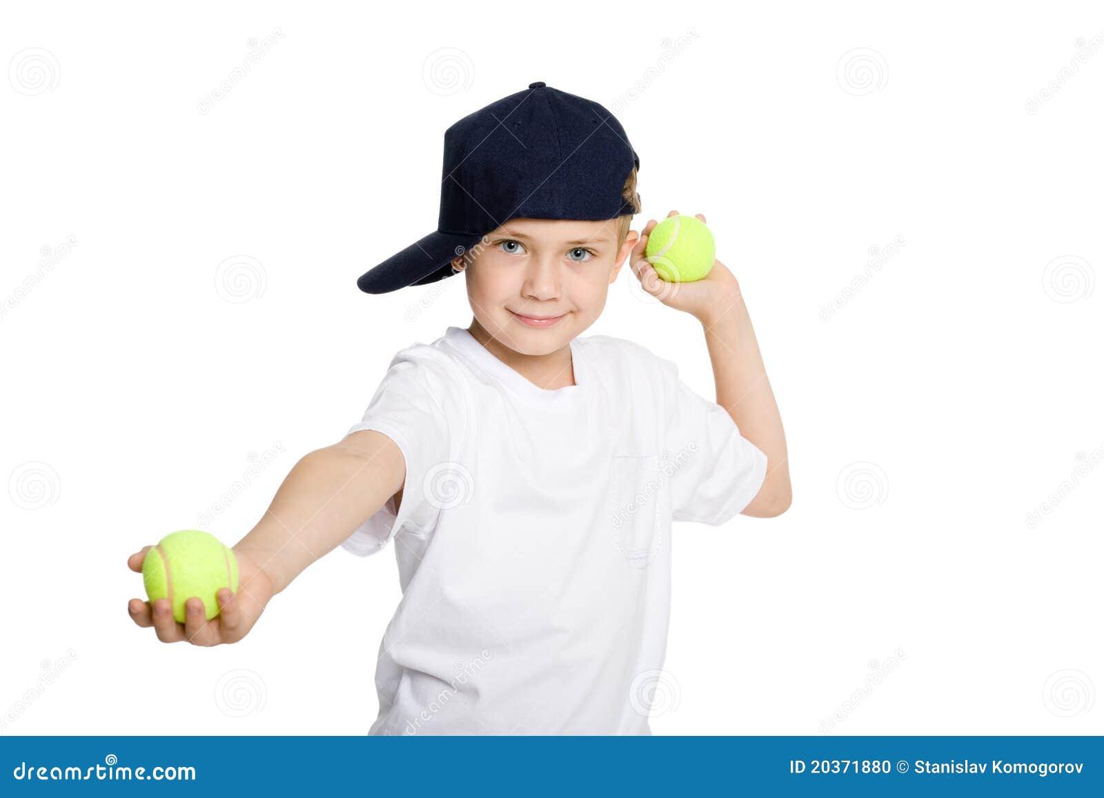 Esferas de tênis de jogo do menino