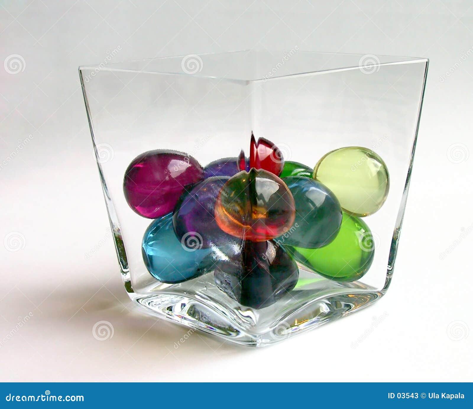 Esferas do banho em um recipiente, distorcido