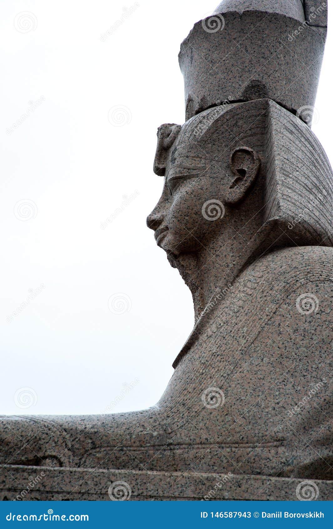 Esfinge de Egito na terraplenagem do granito de Neva River