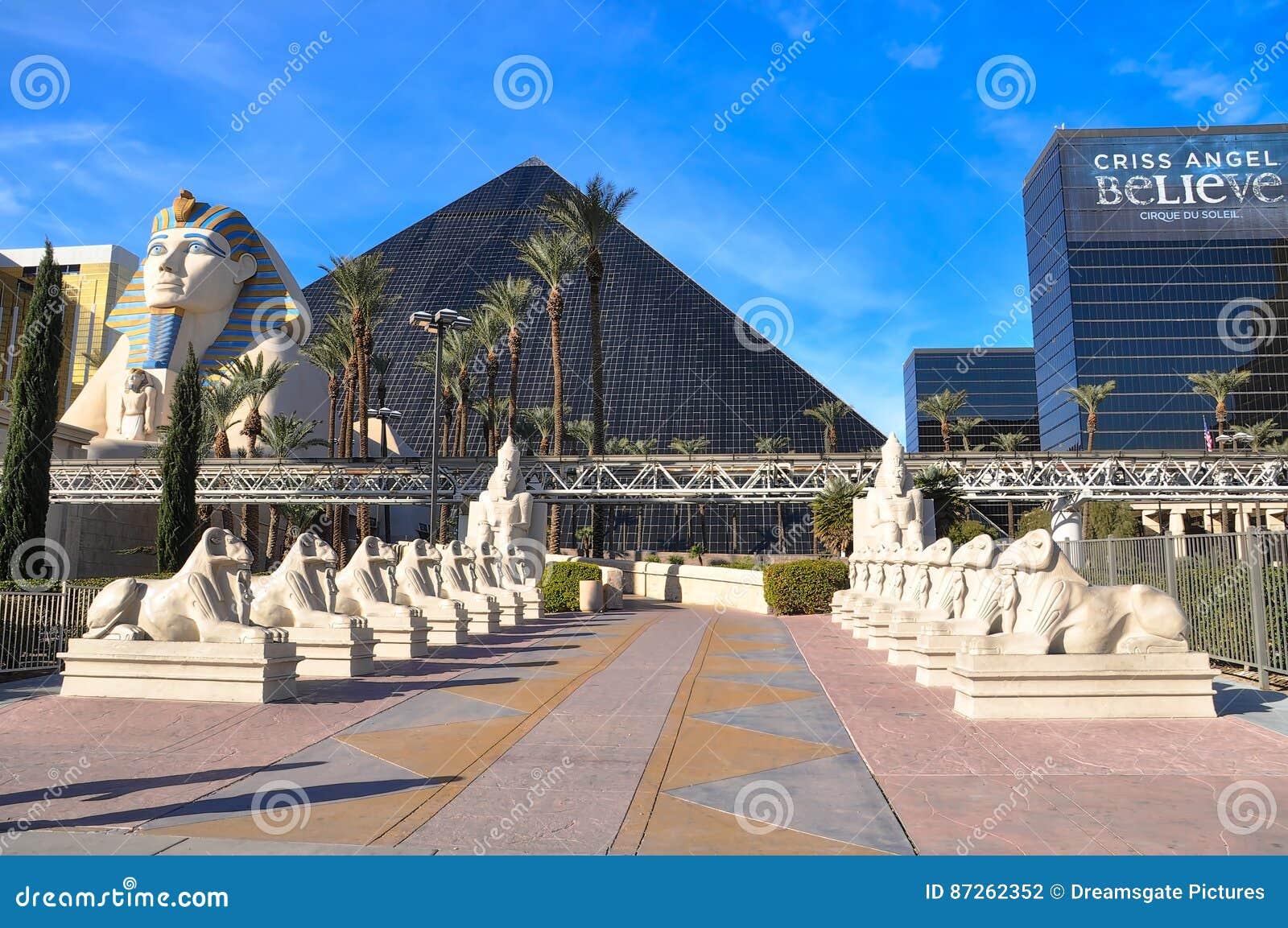 A esfinge e o Luxor no dia brilhante
