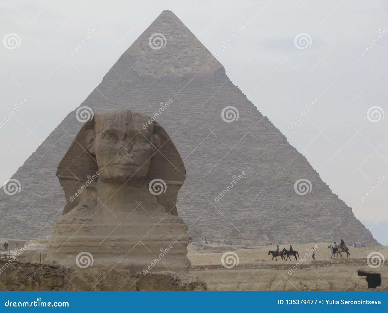 Esfinge na frente da pirâmide em Egito Complexo da pirâmide de Giza