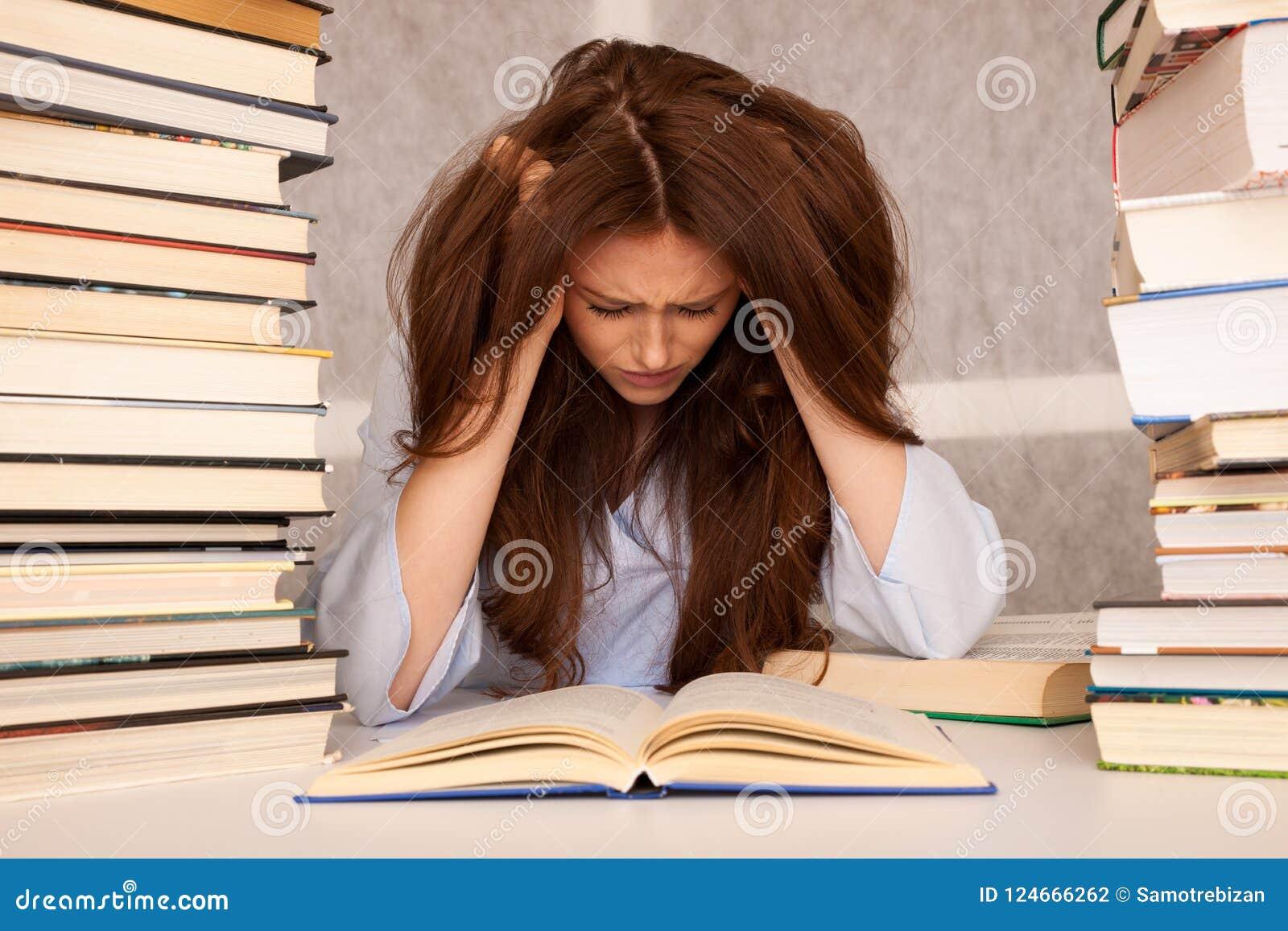 Esforço atrativo do undre do estudante de jovem mulher ao studiing para e