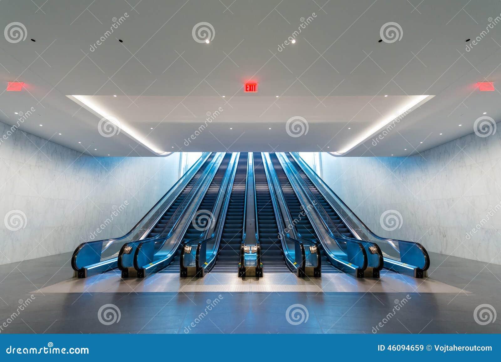 Eskalator z błękita światła przybyciem od na piętrze