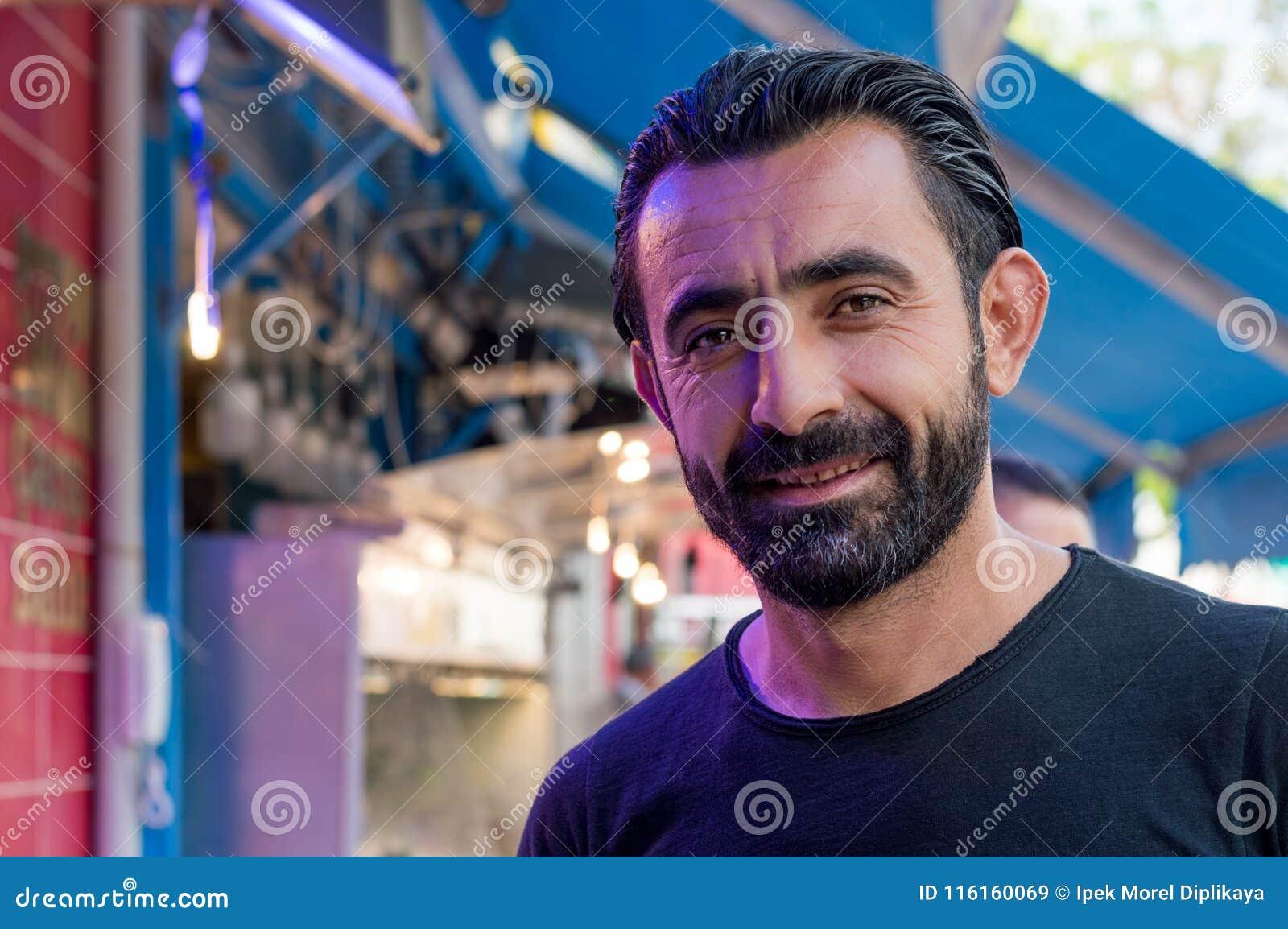 Eskisehir, Turchia - 16 maggio 2017: Ritratto del pescatore turco felice che sta davanti al mercato ittico a Eskisehir, Turchia