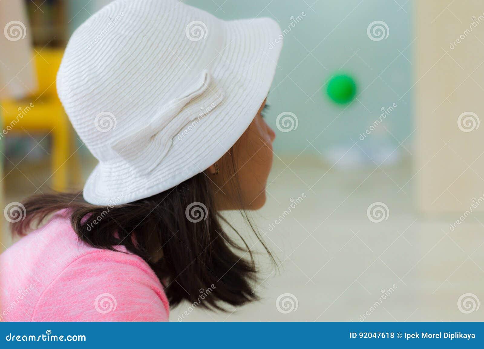 Eskisehir Turcja, Maj, - 05, 2017: Preschool mała dziewczynka jest ubranym biel głowę w sala lekcyjnej
