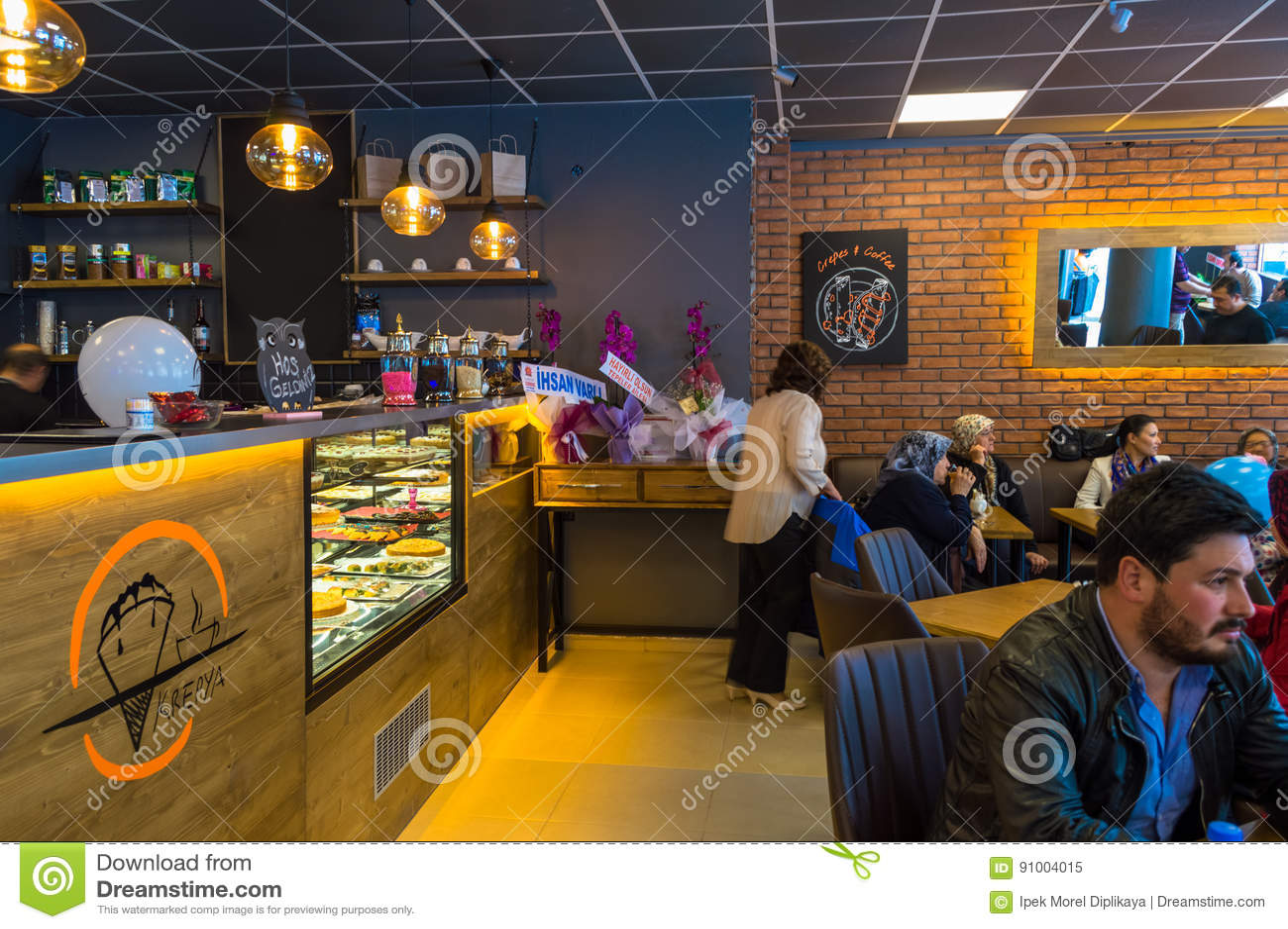 Eskisehir, Turquía - 15 de abril de 2017: Gente que se sienta en una tienda del café