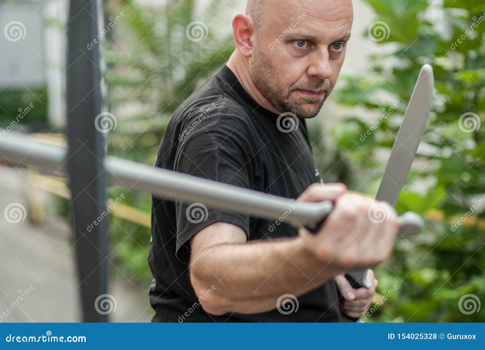 Eskrima и инструктор kapap демонстрируют метод оружия мачете воюя