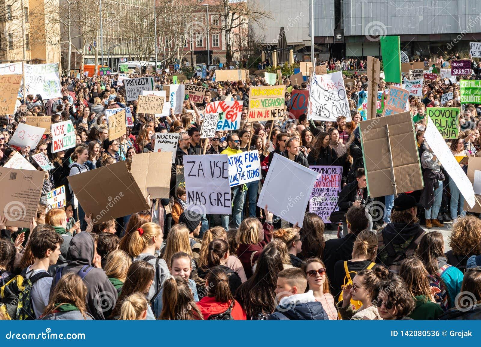 Eslovenia, Ljubljana 15 03 2019 - Protestors jovenes con las banderas en una huelga de la juventud para la marcha del clima