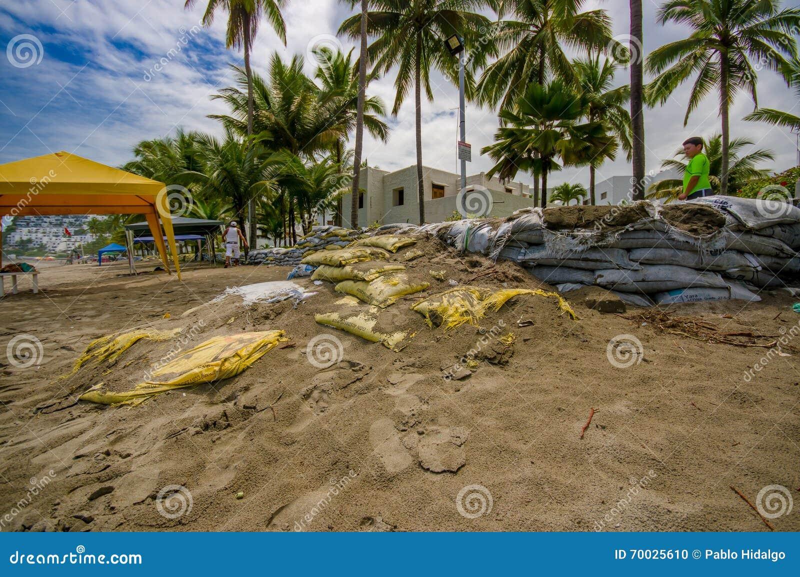 esmeraldas equateur 16 mars 2016 sacs de sable prot ger contre l 39 inondation par le. Black Bedroom Furniture Sets. Home Design Ideas