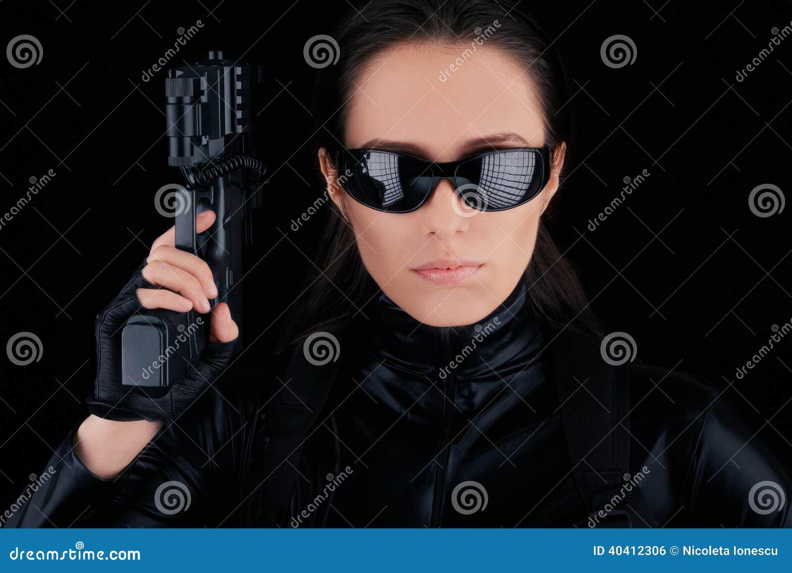 Espía de la mujer que sostiene el arma