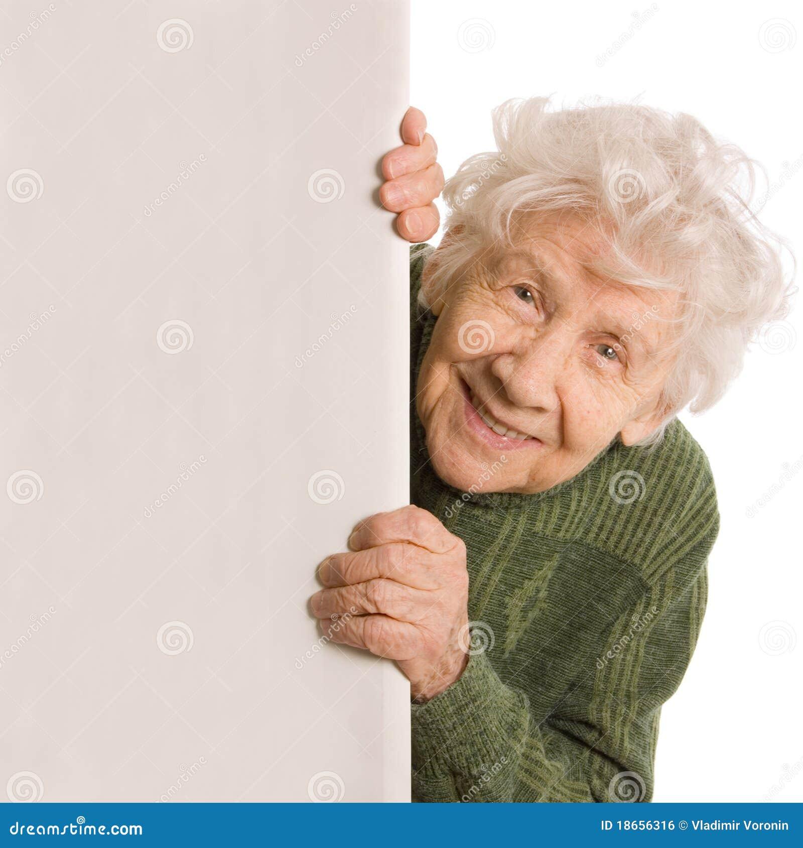 Espías de la mujer mayor aislados en el fondo blanco