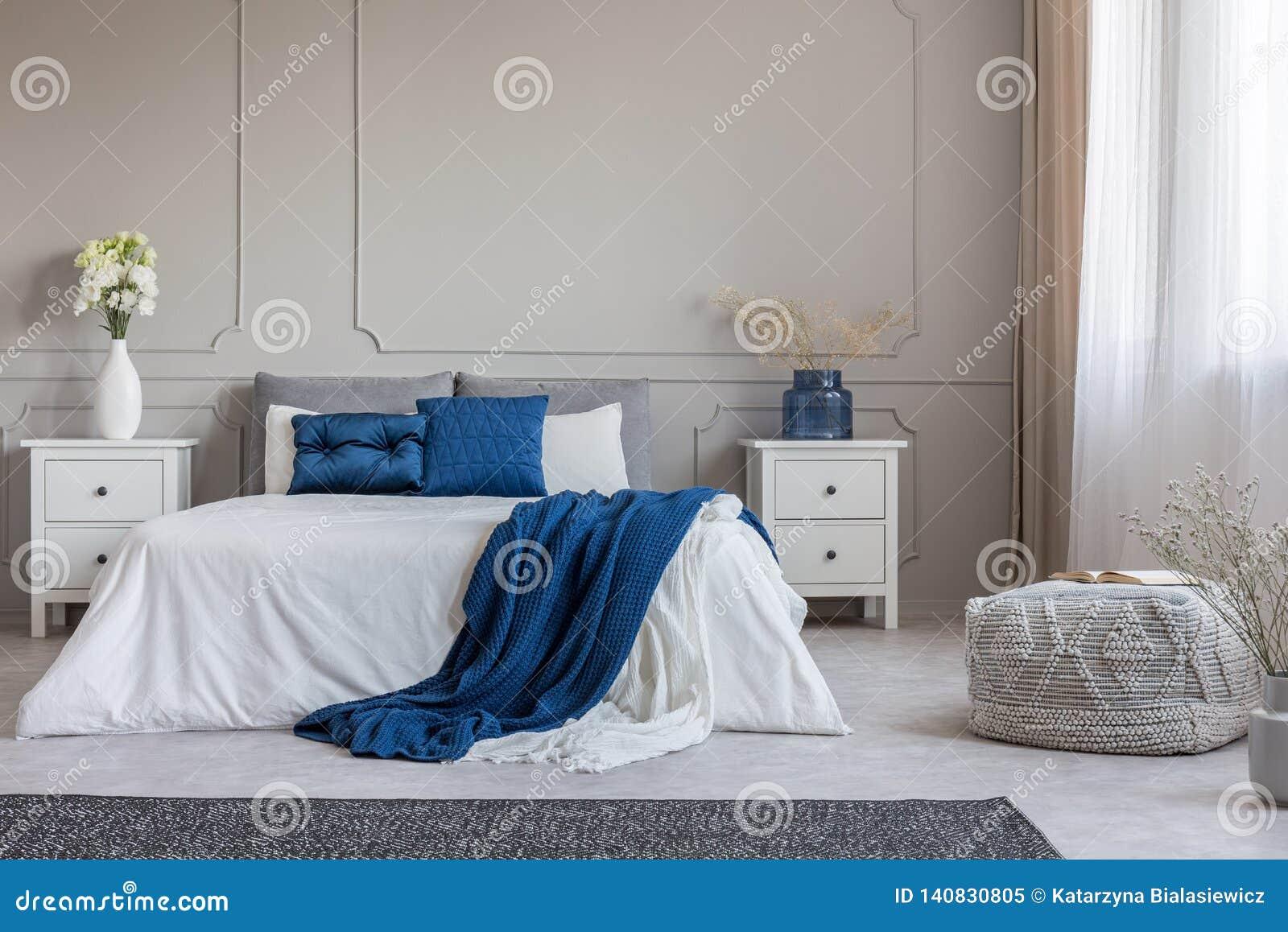 Espaço da cópia na parede cinzenta vazia do interior branco e azul cinzento elegante do quarto