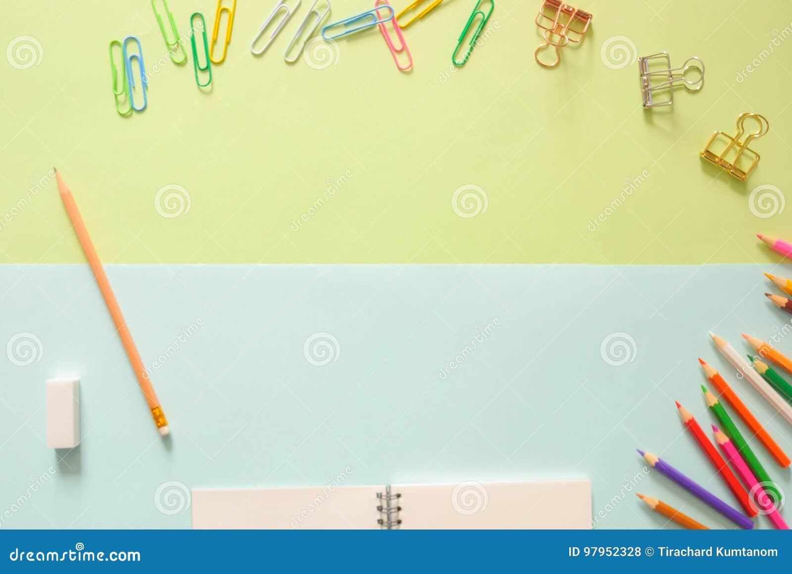Espaço de trabalho mínimo - o plano criativo coloca a foto da mesa do espaço de trabalho com bloco de desenho e do lápis de madei