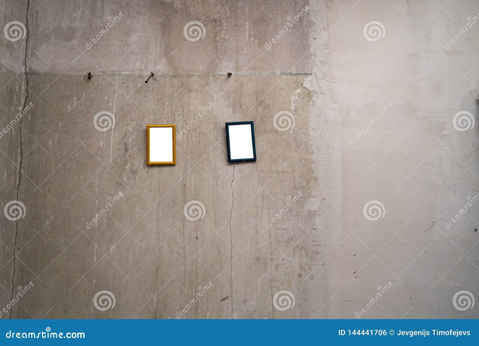 Espa?o vazio para seu an?ncio - imagens pequenas do quadro que penduram em uma parede cinzenta