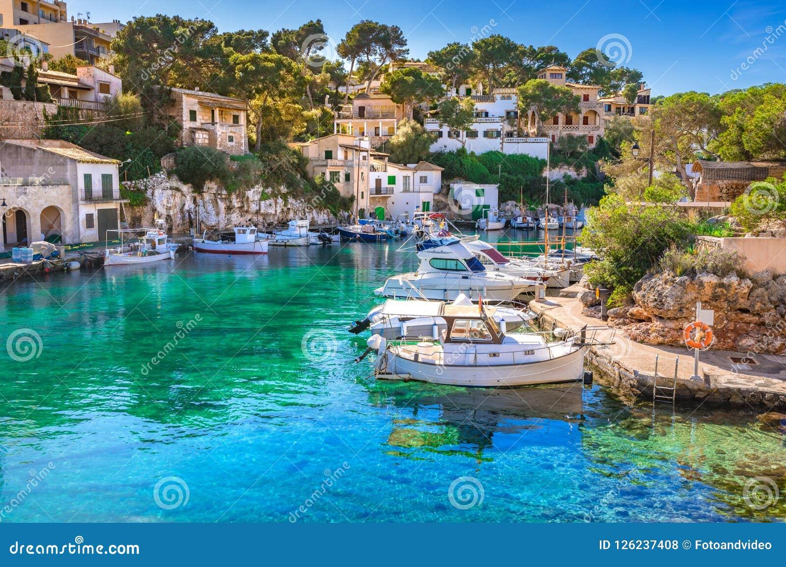 España Mallorca, puerto viejo idílico del puerto del pueblo pesquero de Cala Figuera