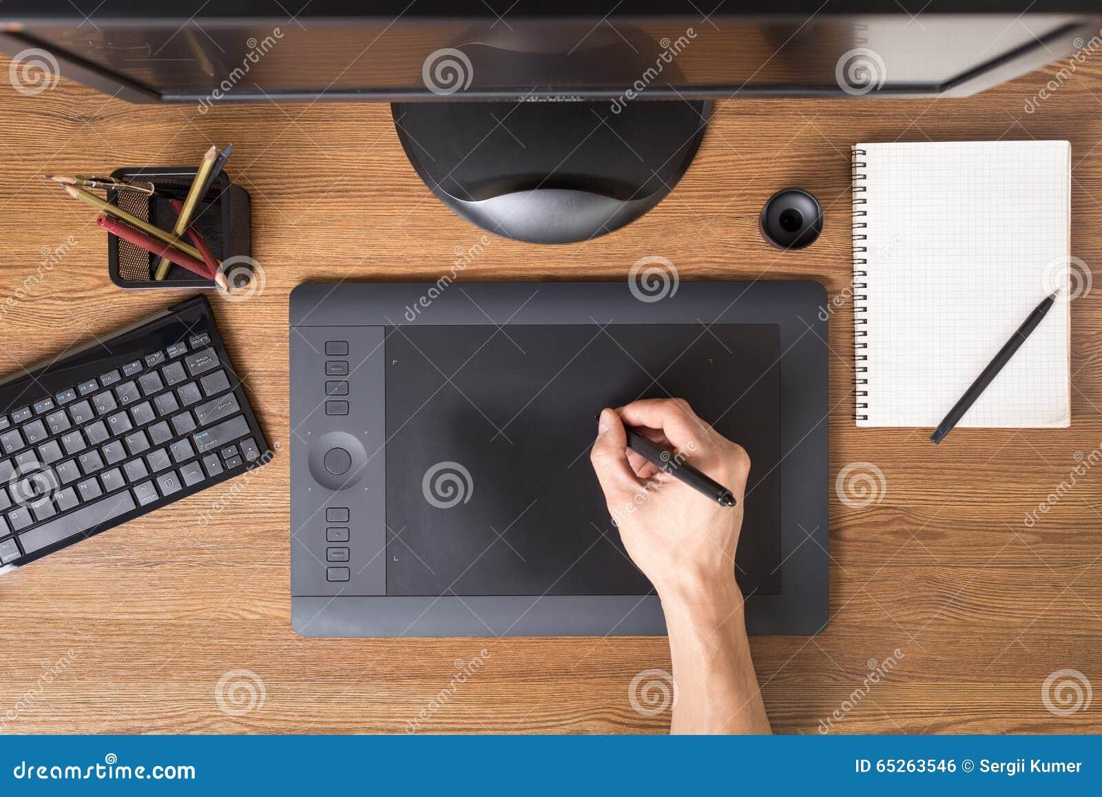 Espace de travail de concepteur avec le comprimé, clavier, ordinateur