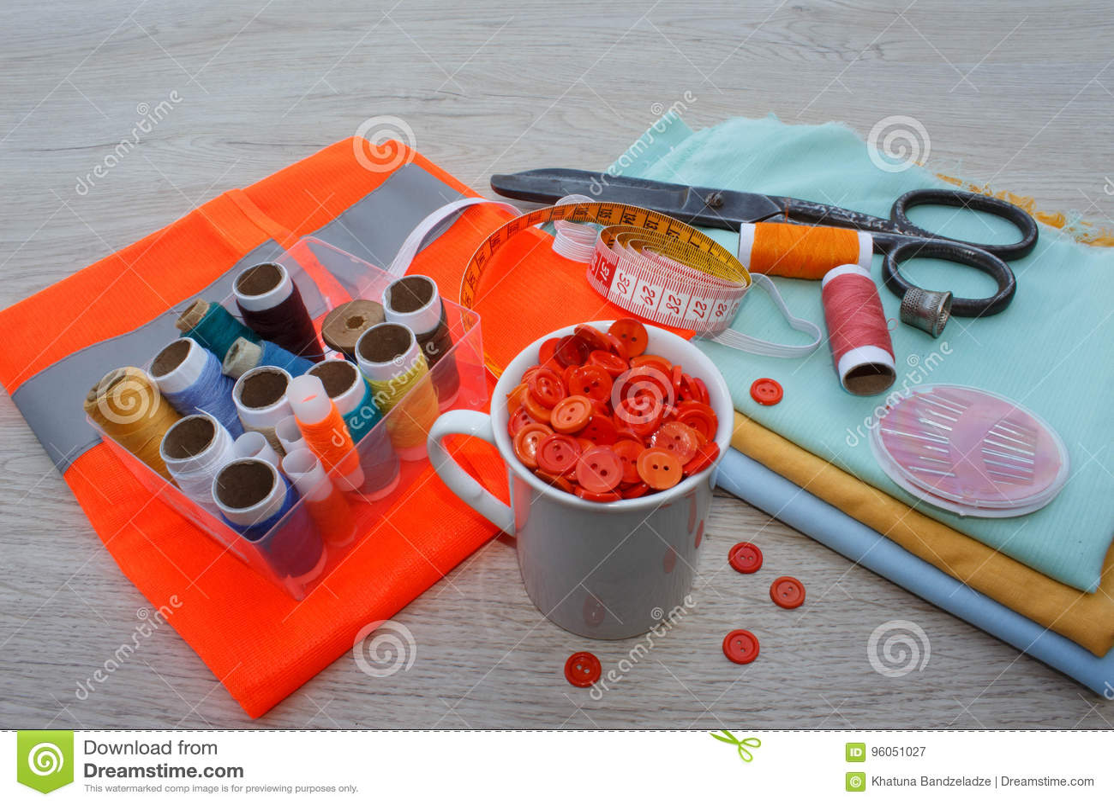 Espace de travail de tailleur avec la couture et les outils faits main outils pour coudre pour le passe-temps