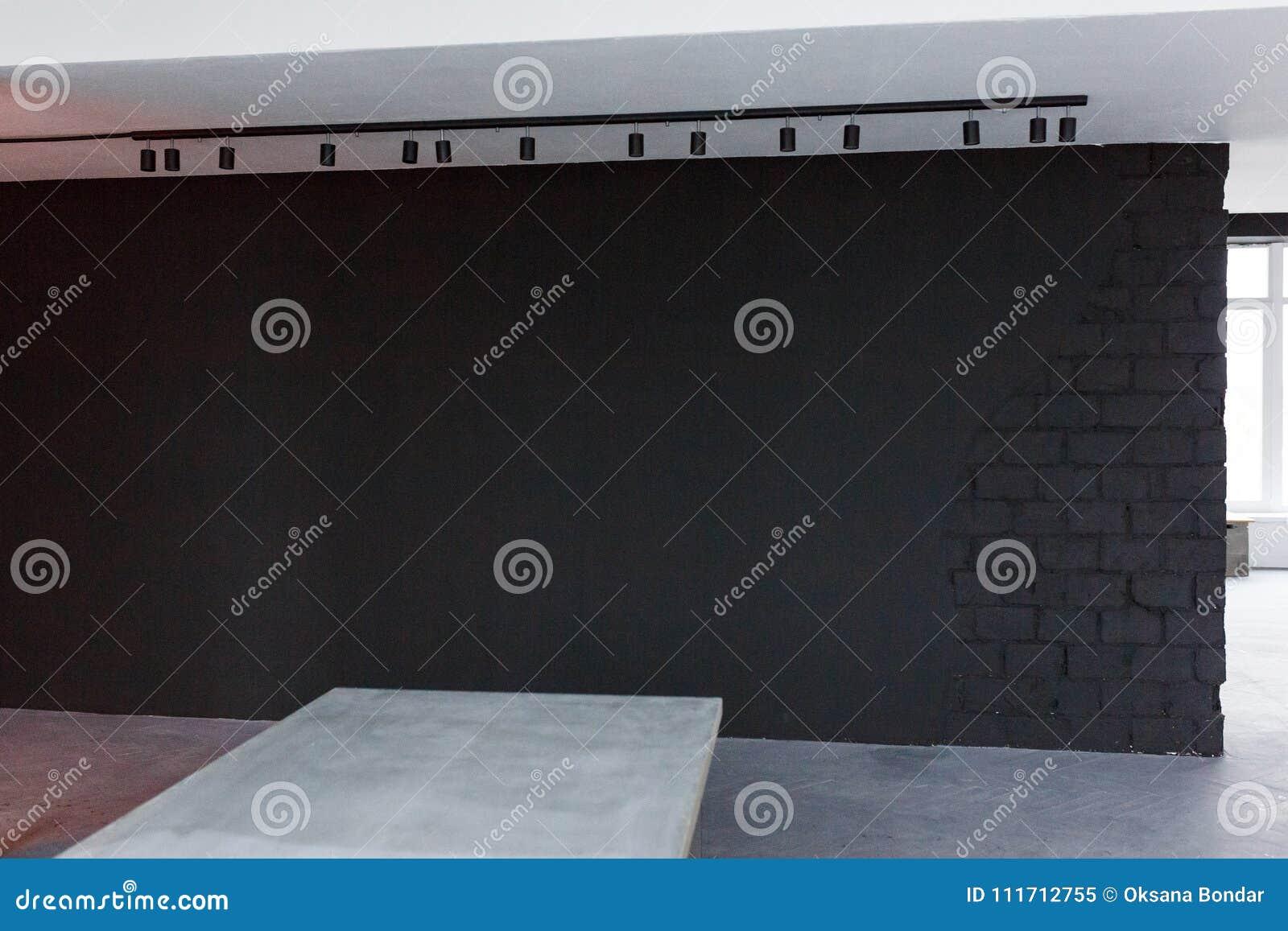 Espace de travail moderne minimaliste avec le mur de tableau noir