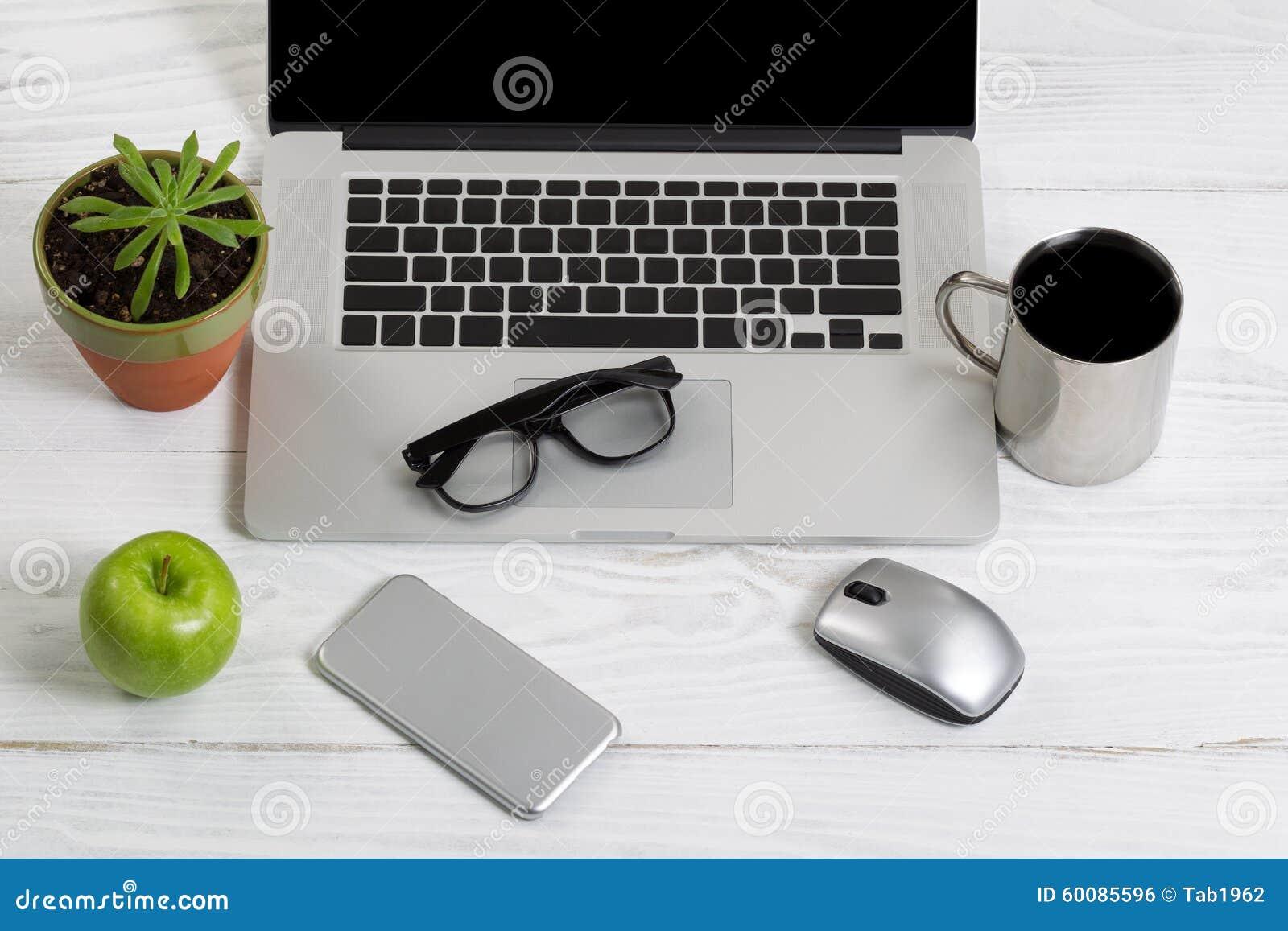 Espace de travail propre et organisé sur le bureau blanc photo