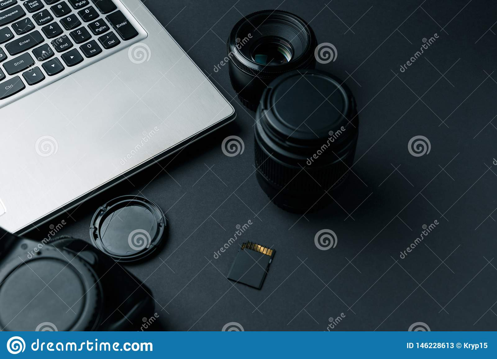 Espace de travail sur la table noire du photographe