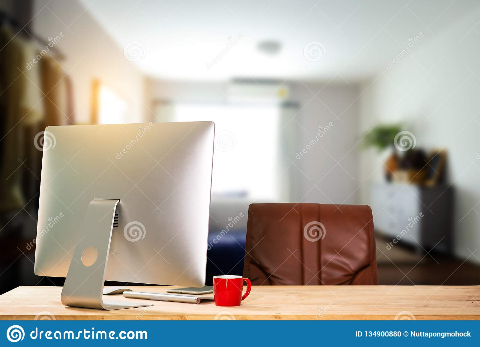 Espace de travail de vue de face avec l ordinateur,