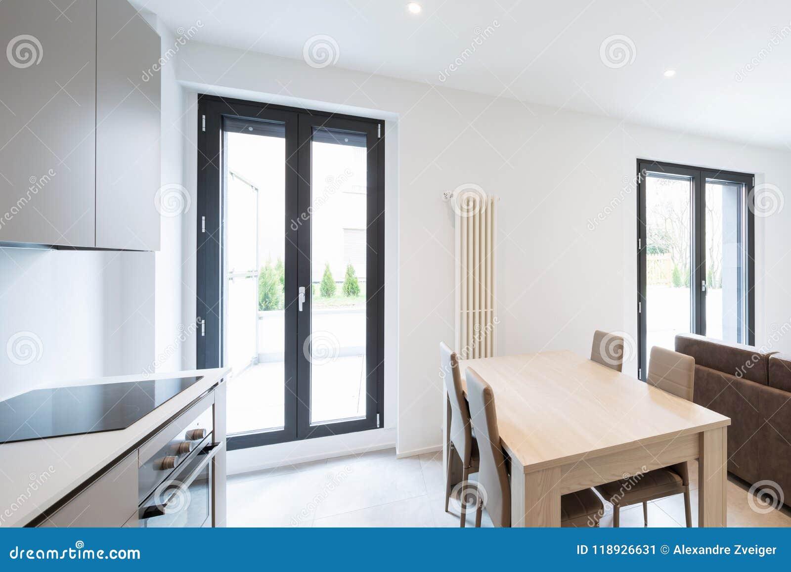 Espacio abierto con la cocina y la sala de estar elegantes