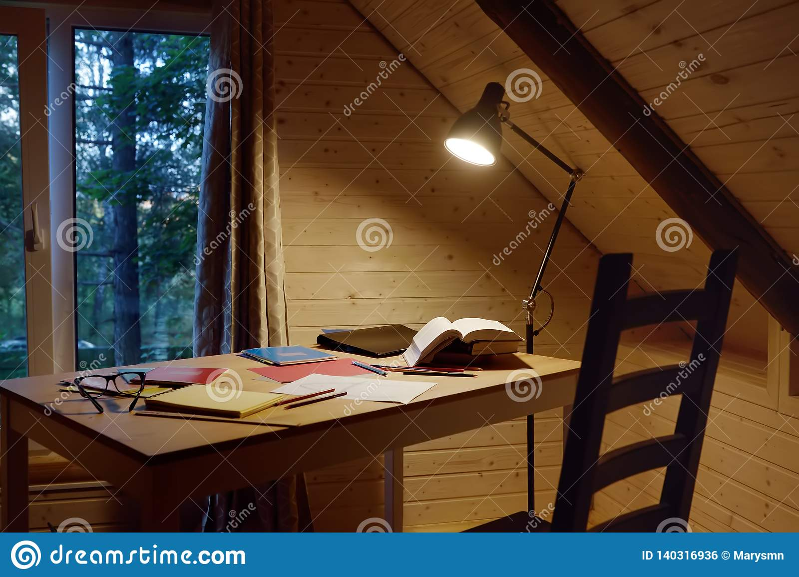 Espacio de trabajo acogedor para el freelancer Espacio de trabajo del escritor, del estudiante o del alumno