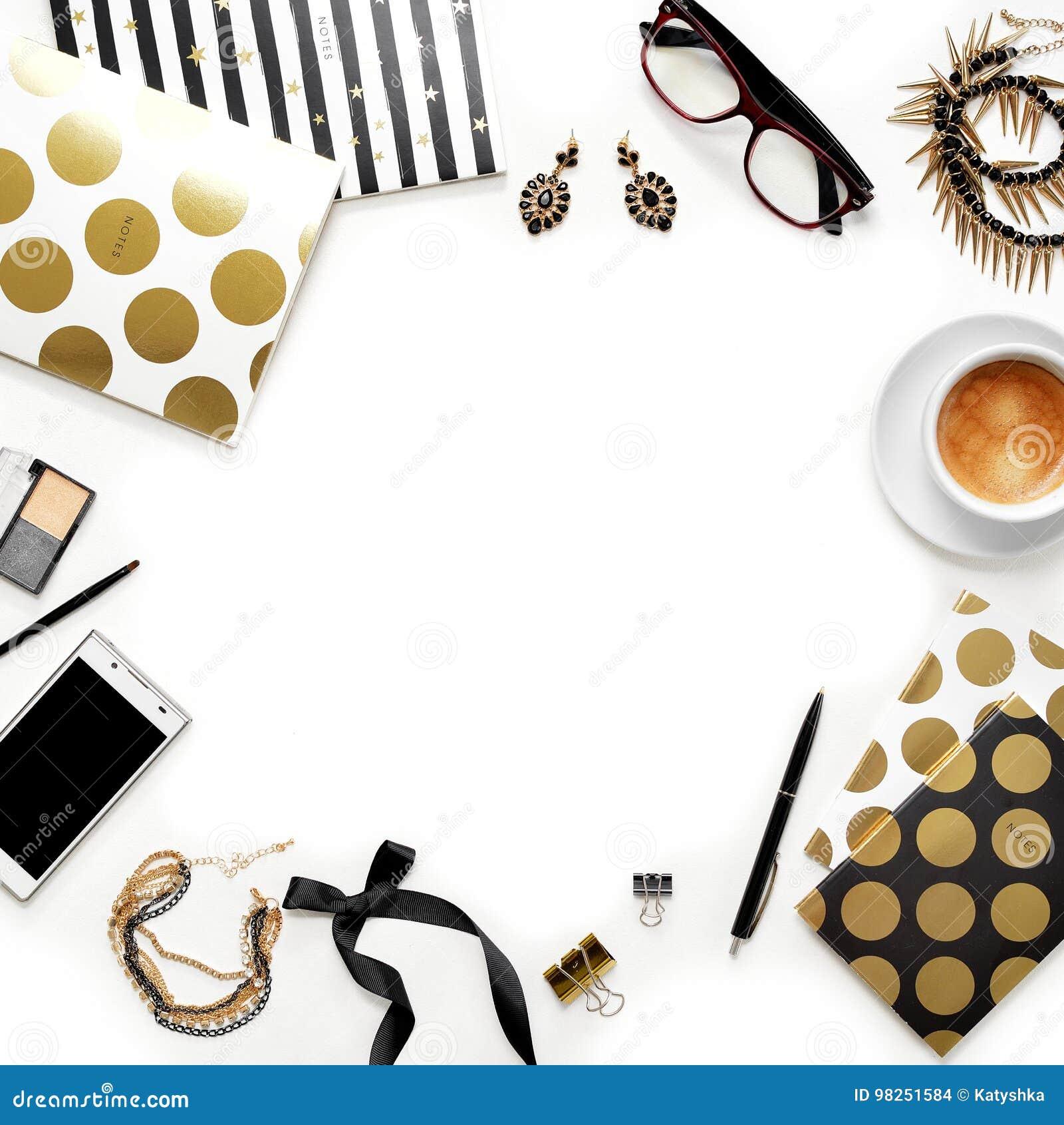 Espacio de trabajo femenino de Ministerio del Interior de la moda plana de la endecha con el teléfono, la taza de café, los cuade